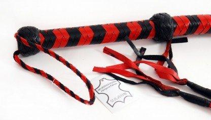 latigo-largo-rojo-y-negro-cuero-detalle
